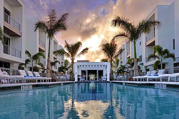 Moderne Boca Pool Sunset, A Kolter Urban Property